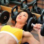 Как накачать грудные мышцы гантелями — комплекс упражнений
