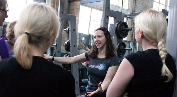 Женщины в фитнес клубе