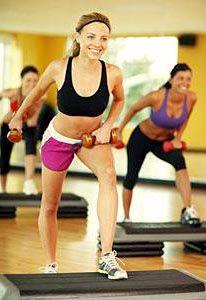 Упражнения со степ платформой выполняются с дополнительным отягощением.