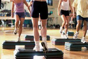 Выполняя упражнения на степе регулируйте нагрузку изменяя высоту платформы