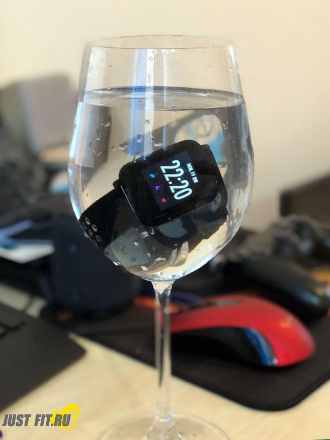 Смарт-часы CNS-SW72BB в бокале с водой
